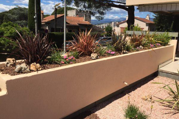 Réalisation d'un aménagement de toit terrasse en deux parties : une première partie jardin sec et une deuxième partie méditerranéenne. 12