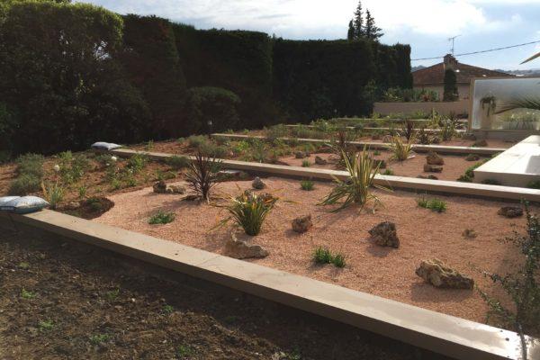 Réalisation d'un aménagement de toit terrasse en deux parties : une première partie jardin sec et une deuxième partie méditerranéenne. 3